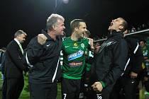 Radost měl také kustod týmu Aleš Češek (vlevo), který se na snímku raduje s Filipem Novákem a Romanem Valešem.