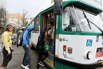 SOUČASNÁ KONEČNÁ ZASTÁVKA meziměstské tramvaje se v Jablonci nachází v Tyršových sadech. V blíže neurčené budoucnosti by ale měla být konečná jinde, mnohem blíž centru města. V úvahu přichází několik variant. Vše je ale zatím ve fázi úvah.