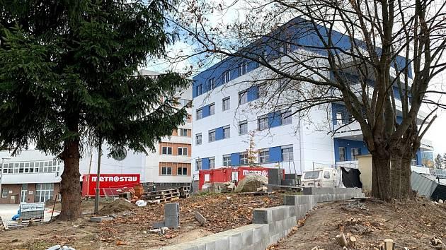 V areálu Nemocnice Jablonec finišuje stavba nového pavilonu intenzivní péče. FOTO: MsM Jablonec n. N.