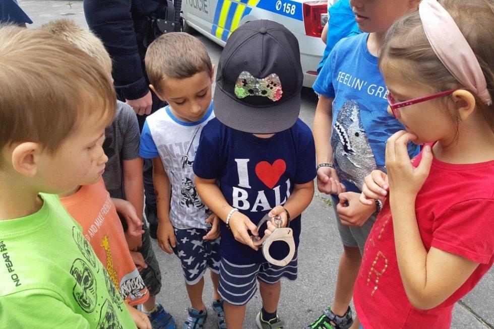 Děti z příměstského tábora v Jablonci navštívily policisty.