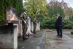 Na snímku vpravo je Martin Půta při pietním aktu na vojenském hřbitově v Ruprechticích.
