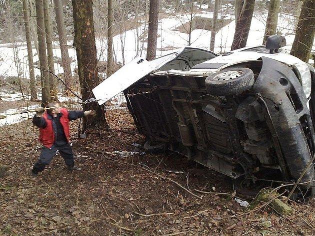 Řidič pod vlivem alkoholu měl v sobotu v noci štěstí, další pád vozu zastavil vzrostlý strom. Odtahová služba vozidlo vytáhla v neděli ráno.