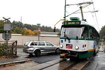 V neděli 26. září kolem poledne se střetl řidič stříbrné octavie s projíždějící tramvají linky č. 11 ulicí Liberecká v Jablonci.