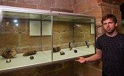 Mineralog a geolog Jan Bubal u exponátů v Muzeu Českého ráje v Turnově