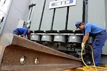 NOVÝ TRANSFORMÁTOR. Přes šedesát tun těžký transformátor usadili včera energetici na místo v jedné z trafostanic v Jablonci. Oproti předešlému zařízení má zvýšený výkon a nižší hlučnost.