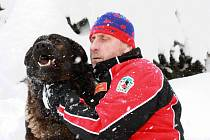 Psovod Horské služby Jizerské hory Pavel Hořejší s lavinovým psem Benjim v zimě loňského roku. V osmi letech podlehl rakovině.