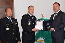 PETR BEITL obdržel od generálního ředitele Vězeňské služby České republiky a Vrchního státního rady Petra Dohnala (na snímcích uprostřed) Plaketu vězeňské služby II. stupně