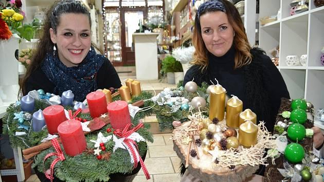 Vyrobte si věnec přímo v květinářství při tvůrčích dílničkách. Floristka Jana Harasimovičová v květinářství Gracia (na snímku vpravo) prozradila, že bílá a pudrové tóny.
