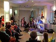 Do jabloneckého Muzea skla a bižuterie v sobotu proudily po celý den velké skupinky lidí. Konalo se slavnostní zakončení Trienále.