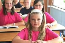 Holky měly růžová trička a šedé mikiny, kluci tmavě modrá trička a také šedivé mikiny. Jenže stejnokroje dlouho nenosili.