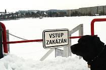 Slibovali celoroční využití. V zimě na přezouvání a převlékání bruslařů. Molo za dva miliony korun na jablonecké přehradě je však dočasně uzavřeno. Důvodem jsou zasněžené schody, které mohou být lidem nebezpečné.