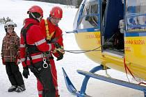 Ve čtvrtek v Bedřichově se na školení Zdravotnické záchranné služby Libereckého kraje cvičilo s vrtulníkem – v podvěsu se měli svézt i dva psi.