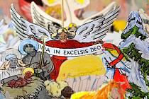 FRÝDLANT MÁ NOVÝ BETLÉM. Vytvořili si ho sami jeho obyvatelé. Nechtěli být o letošních Vánocích bez betlému. Děti z frýdlantských základních a mateřských škol spolu s rodiči, babičkami a dobrovolnými hasiči z Heřmanic vytvořili necelých pět set figurek.