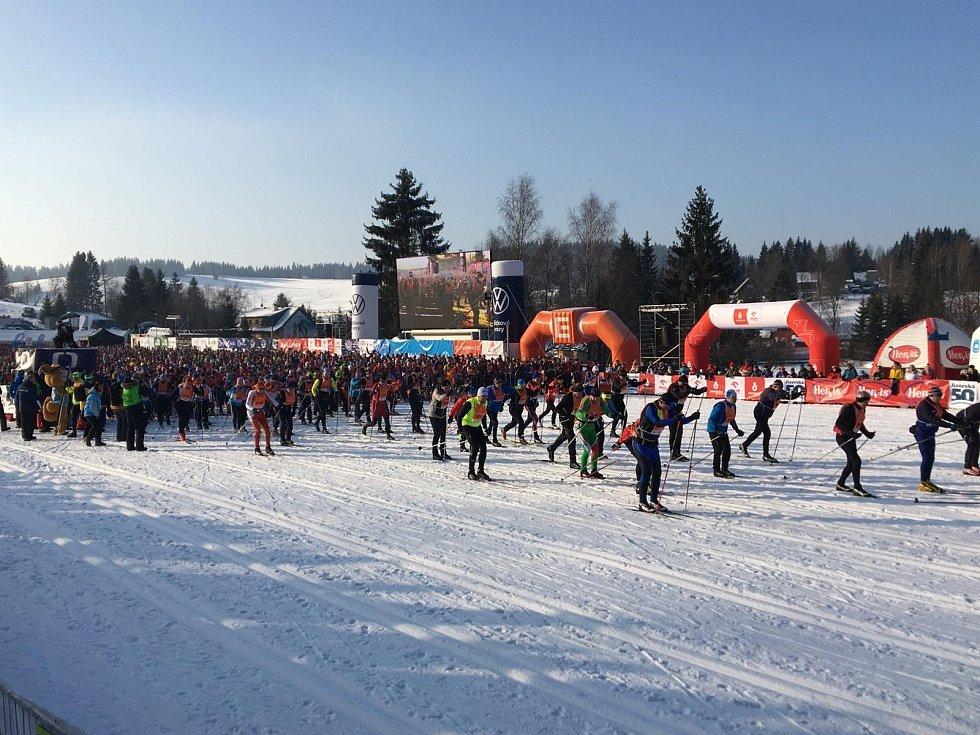 V Bedřichově již čekají na vítěze hlavního závodu Jizerská 50. Na snímcích starty jednotlivých vln.