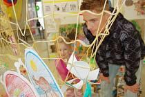 Jedenáctý ročník výstavy výtvarných prací žáků a studentů, výtěžek z aukce některých prací poputuje na nákup monitoriu životních funckí na dětské JIP jablonecké nemocnice