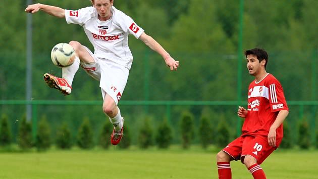 Fotbalisté Mšena doma překvapivě prohráli s Pardubicemi B (v bílém).