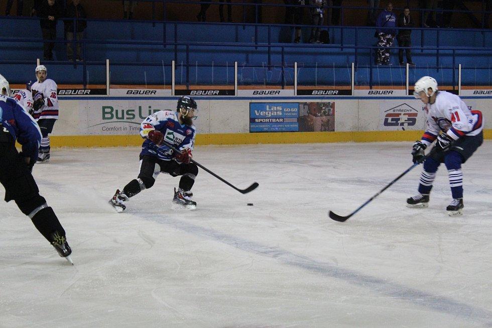 Jablonečtí Vlci sehráli poslední přípravný zápas před zahájením II. hokejové ligy. Na domácím ledě nastoupili proti týmu Děčína. (Děčín bílé dresy)
