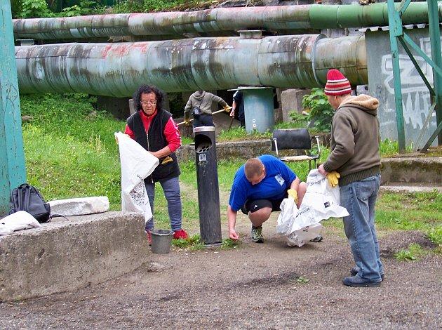 Klienti azylového domu naděje vJablonci uklízeli vpátek 11.května okolí azylového domu vrámci akce Ukliďme Česko.