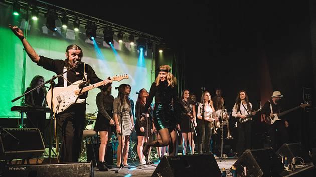 Mandragora, hudební skupina z Jablonce nad Nisou hrající směs Rock and Rollu, Hard Rocku, Reggae a Funky, oslavila  11. listopadu 25 let koncertem v klubu Woko. Na snímku je Jan Krajník.