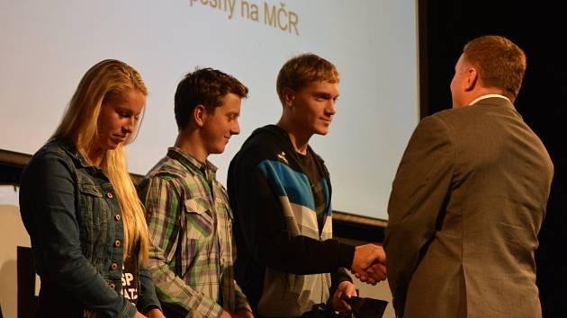 Studentům přišel blahopřát i primátor města Petr Beitl.