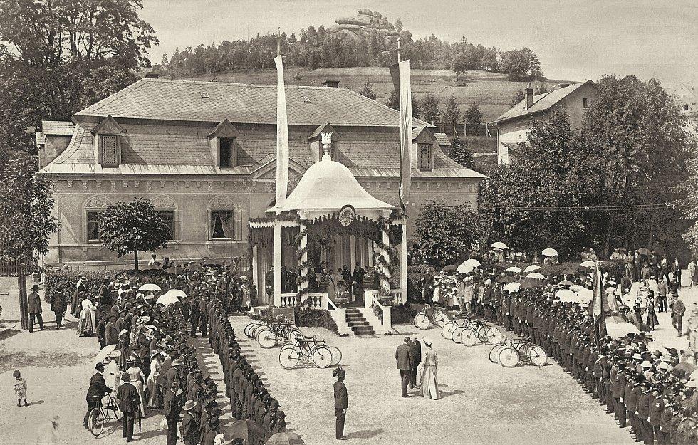 Někdy kolem roku 1900 přijela na zámeček do Smržovky hraběnka Desfours, lidé ji vítali.