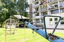 Herní prvky na dětských hřištích na Jiráskově nábřeží v Železném Brodě jsou dožitá.
