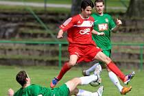 Fotbalisté Jiskry Mšeno (v červeném) ztrazili vyhrané utkání s Dvorem Králové a remizovali 3:3.