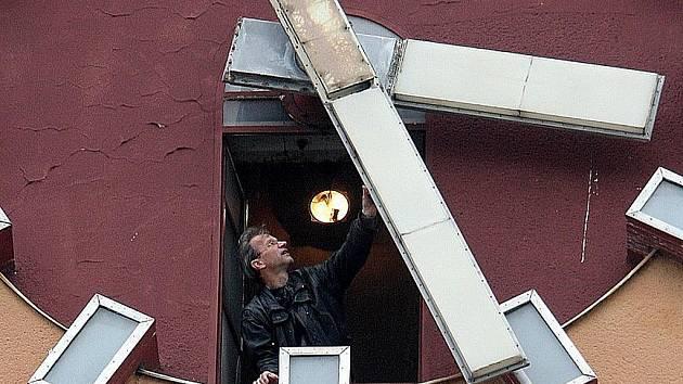 Miloš Zikmund, jablonecký hodinář ve věžních hodinách jablonecké radnice.