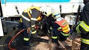 Nehoda tři vozidel narušila páteční odpolední provoz na komunikaci I/35 v Liberci (směrem na Prahu). Při nehodě havarovaly dva nákladní automobily a jeden osobní, který byl mezi nimi.