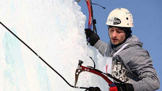 Dvanáct metrů zmrzlé vody v Zásadě začali v sobotu zdolávat ledolezci. S cepíny závodil spolu s ostatními, kdo nejrychleji vyleze v areálu tamního truhlářství na vrchol ledovou masu a zazvoní na zvonec.