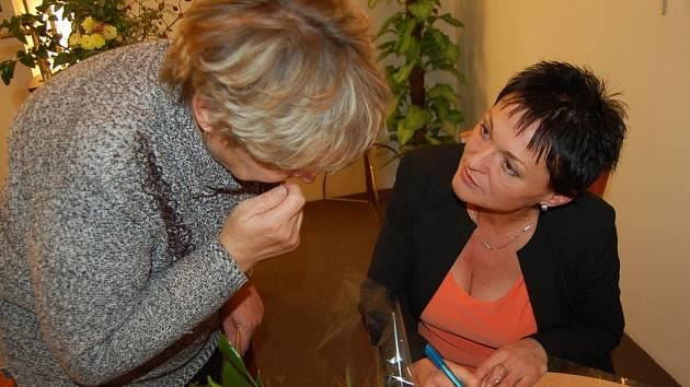 Valérii Zawadskou velmi potěšil zájem pacientů o její vypravování. Na závěr besedy rozdávala autogramy.