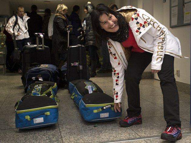Akrobatická lyžařka Nikola Sudová při odletu do Soči.
