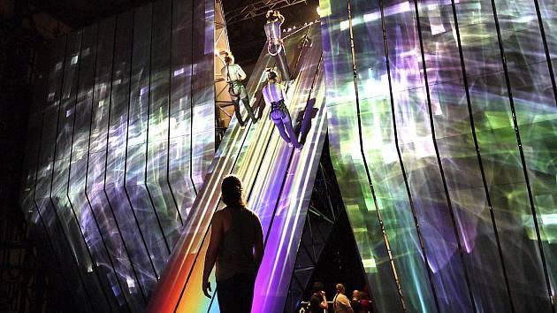 Opera Zlato Rýna - Wagner. Režisér Robert Lapage s oblibou využívá nejmodernější technologie. Přímý satelitní přenos představení z Metropolitní opery New York - sobota 9. října. V roli Wotana se objeví vynikající velšský basbarytonista Bryn Terfel.
