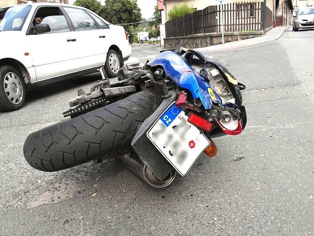 Pádem motocyklisty skončila sobotní dopravní nehoda, ke které došlo na silnici v Železném Brodě.