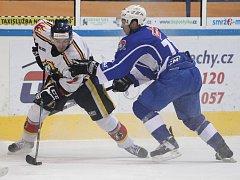 Hokejisté Vlků porazili Tábor (v modrém) 3:2 po prodloužení.