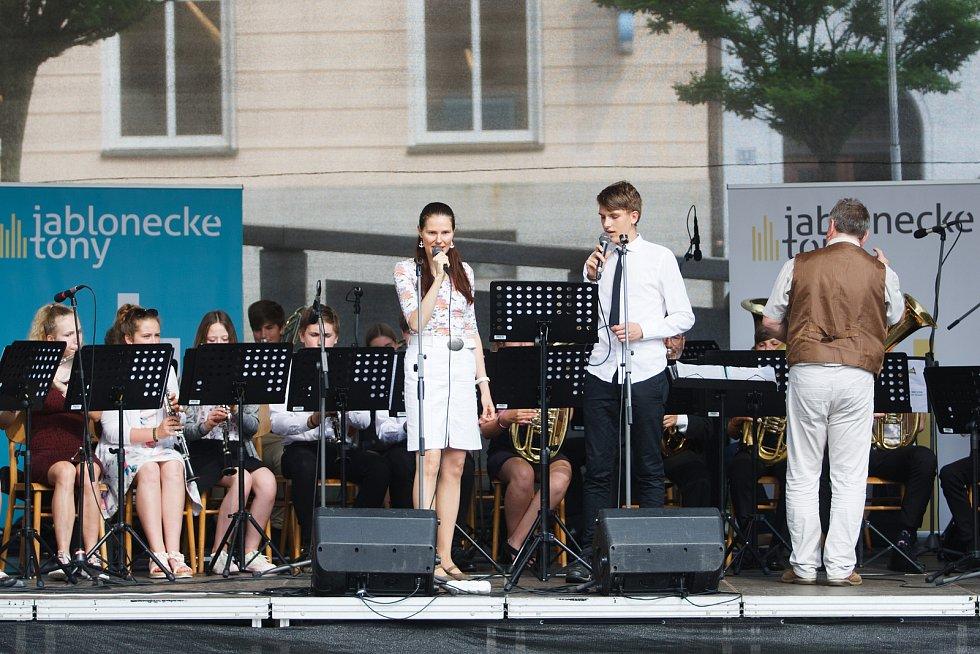 Na Mírovém náměstí před jabloneckou radnicí vystoupil ve středu odpoledne Velký dechový orchestr a Taneční odbor, vše z jablonecké ZUŠ.