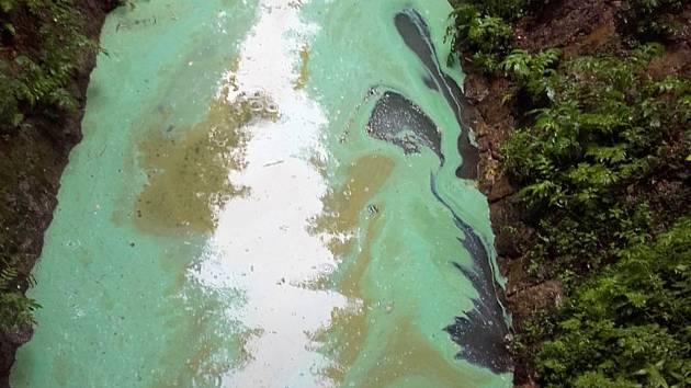 Skvrna zelenomodré barvy se objevila na hladině Mšenského potoka, který vtéká do třetí části jablonecké přehrady Mšeno.