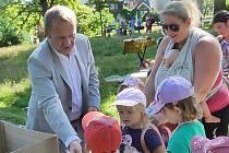 Náměstek primátora Pavel Svoboda si pro nejmenší posluchače připravil i malý dárek na cestu.