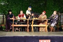 Muzikál Noc na Karlštejně odehrál Divadelní spolek J. K. Tyl z Lomnice nad Popelkou na zámku Hrubá Skála.