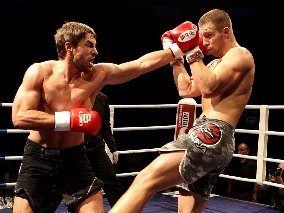 Night of Warriors II v Tipsport areně. Na snímku Petr Kareš (Iron Fighters Jablonec) a vpravo Lukáš Bley (Slovensko).