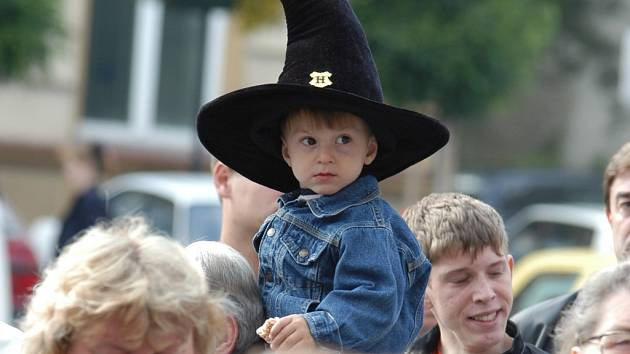 Festival Skleněný Magik přitahuje zvláště dětské publikum. Tento snímek je dva roky starý, možná, že z malého učně je dnes ostřílený kouzelník.