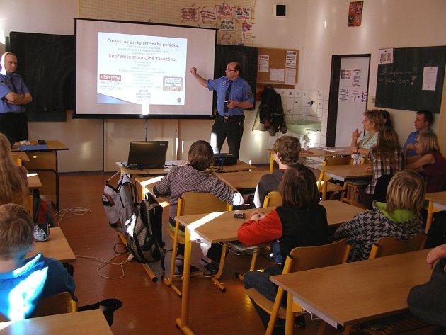 Preventista Městské policie Jablonec Miroslav Lejsek (na snímku) se letos vydal hovořit s žáky pátých a sedmých tříd.