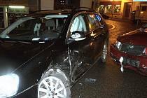 DRAHÁ SRÁŽKA NA KŘIŽOVATCE. Řidič Volkswagenu Golf nedal přednost fabii, která jela v Jablonci po hlavní silnici.
