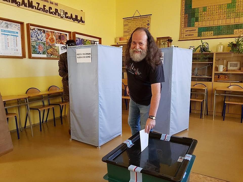 K volbám přišel i pan Jan Vojíř.