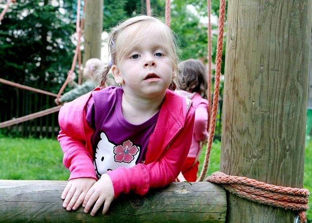 Děti ve věku od 2,5 do 4 let tráví čas na táboře ve Vikýři