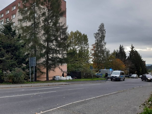 Muž spadl ze střechy panelového domu vulici Boženy Němcové na sídlišti Mšeno vJablonci nad Nisou. Svým zraněním na místě podlehl.