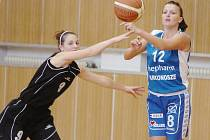 Jablonecké basketbalistky (v černém) podlehly polským soupeřkám a na turnaji skončily poslední.