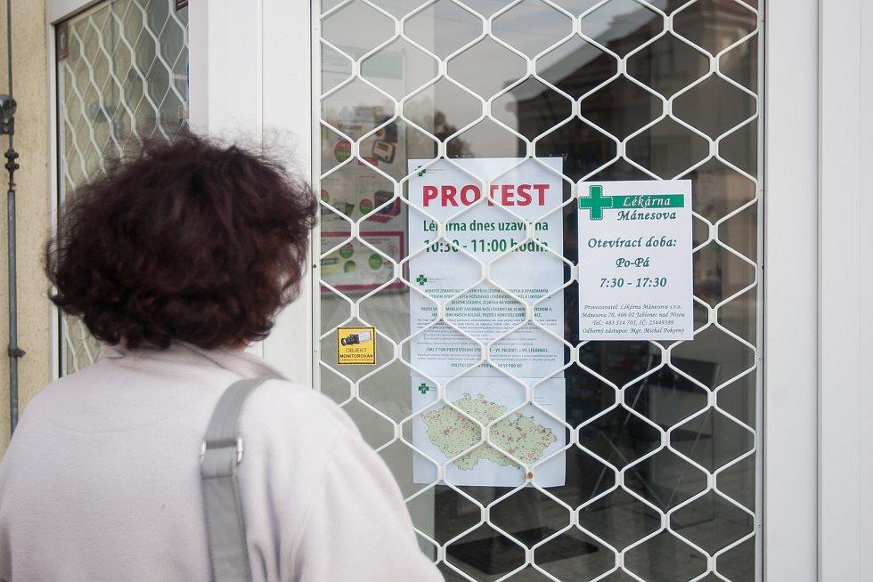 Někteří lékárníci se 18. října připojili ke stávce praktických a dětských lékařů a ambulantních specialistů. Na snímku si zákaznice čte protestní léták zavřené lékárny v Jablonci nad Nisou.