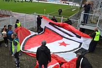 Do Jablonce přijelo fandit zhruba 650 příznivců Slávie. Na stadion Střelnice je doprovodili policisté.