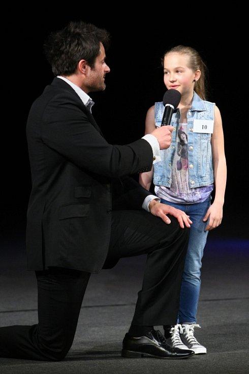 Karolína Dvořáková z Liberce. V novoborském divadle se v sobotu v podvečer odehrálo finále soutěže Sluníčko deníku. Z obou krajů vyslal každý okres dvě dívenky, soutěžilo dvacet mladých slečen.